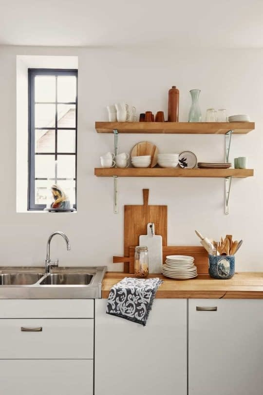 شلف های دیواری برای قراردادن لوازم آشپزخانه