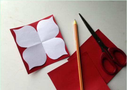 طراحی الگوی گلبرگ روی کاغذ