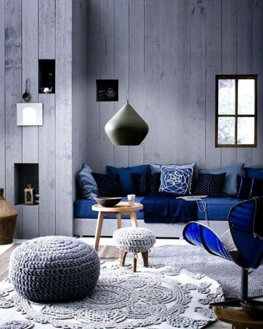 فقط یک لامپ برای چنین فضایی کافی نیست و اتاق تاریک و کوچک به نظر میرسد
