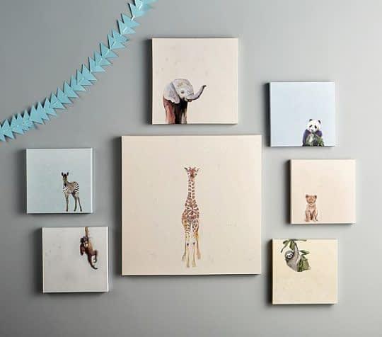 قرارگیری مجموعه ای از تابلوها در کنار هم روی دیوار