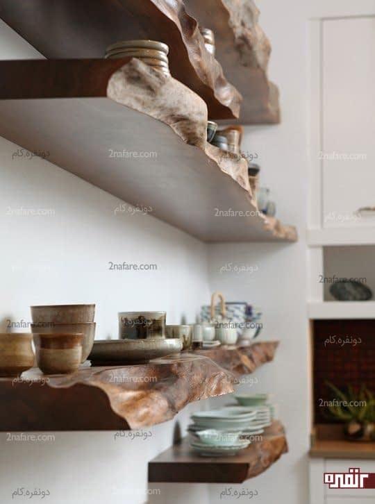 قفسه های چوبی با شکل طبیعی در آشپزخانه