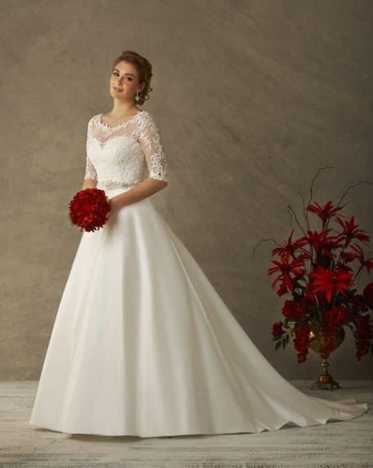 لباس عروس با آستین سه ربع و دامن ساتن دنباله دار شیک و جذاب