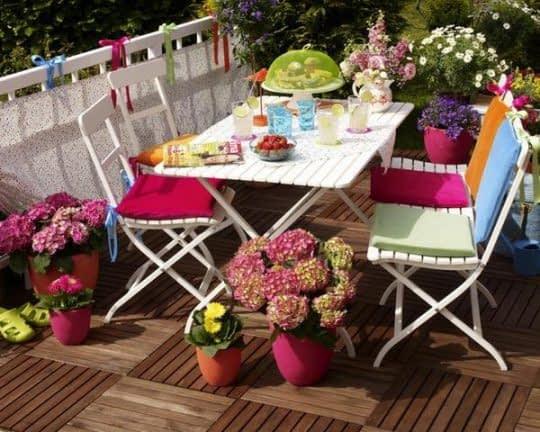 میز و صندلی های تاشو و رنگارنگ برای زیبایی تراس