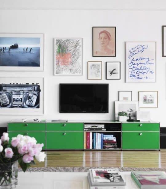نصب تابلوها روی دیوار در کنار تلویزیون