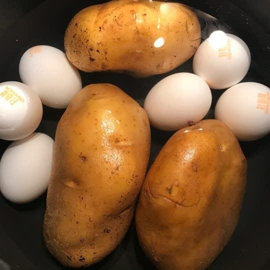 پختن سیب زمینی و تخم مرغ