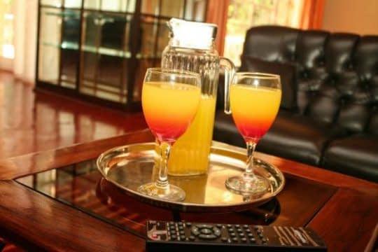 پذیرایی از مهمانان با نوشیدنی