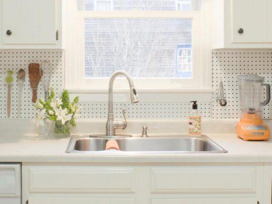 پنجره ی کوچک روبروی سینک برای تامین نور طبیعی آشپزخانه
