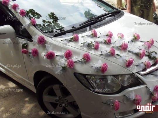 چینش پراکنده گل ها روی ماشین عروس