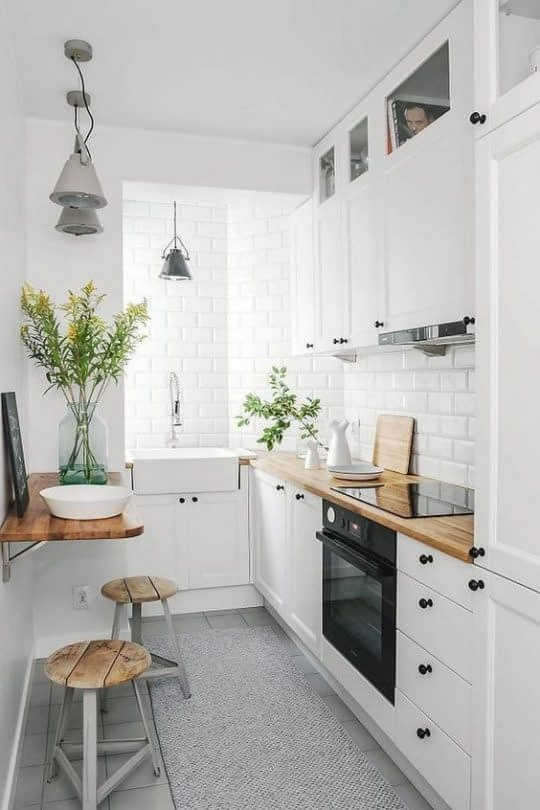 کاربرد متریال های متنوع با رنگ هایی متفاوت در یک آشپزخانه ی کوچک