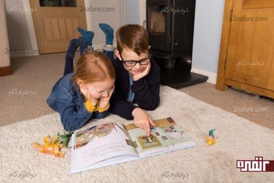 کتاب خواندن بچه های بزرگتر برای کوچکتر ها