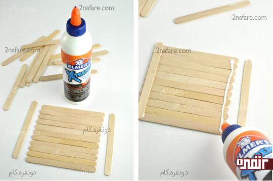 کنار هم قرار دادن چوب بستنی ها و چسباندن آنها به کمک یک چوب بستنی در لبه بالایی و پایینی