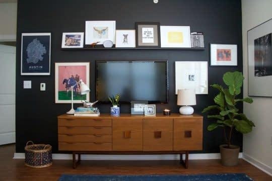 گالری دیواری از تابلوهای زیبا برای تزیین اطراف تلویزیون