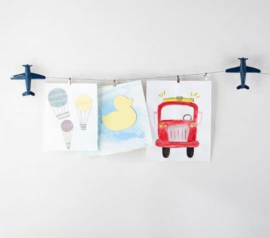 گالری نقاشی های کودکانه در اتاق کودک