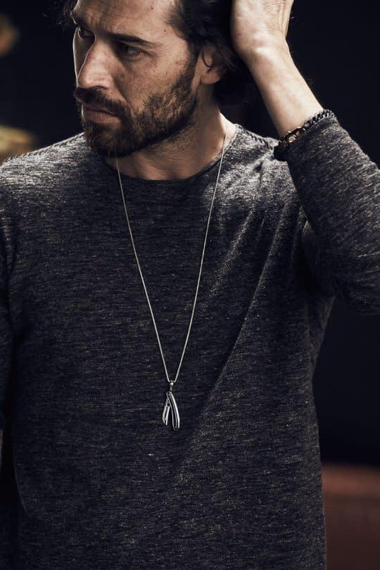 گردنبند مردانه در ژست عکاسی