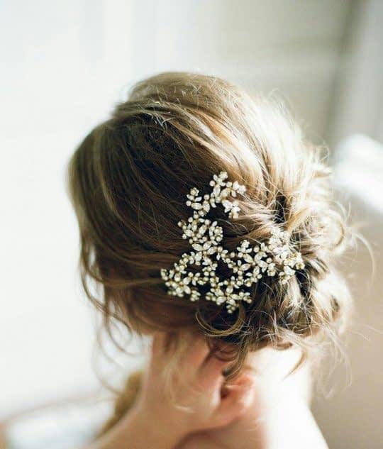 گل سر یک طرفه مو شینیون شده