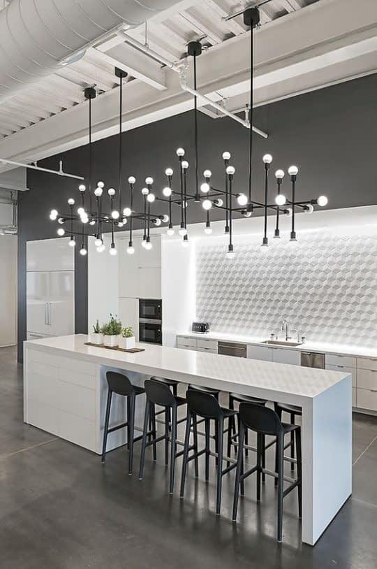 یک لوستر بزرگ و نورهای مخفی برای روشن کردن آشپزخانه کوچک