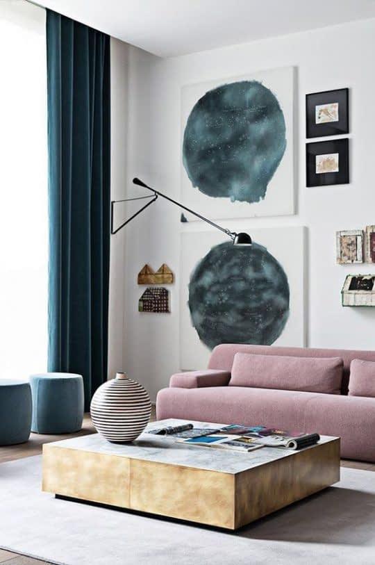 یک مبل صورتی با ارتفاع کم در اتاقی کوچک باعث بزرگتر نشان دادن فضا میشود