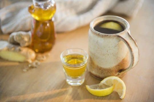 چای لیمو زنجلیل با عسل و درمان گلو درد