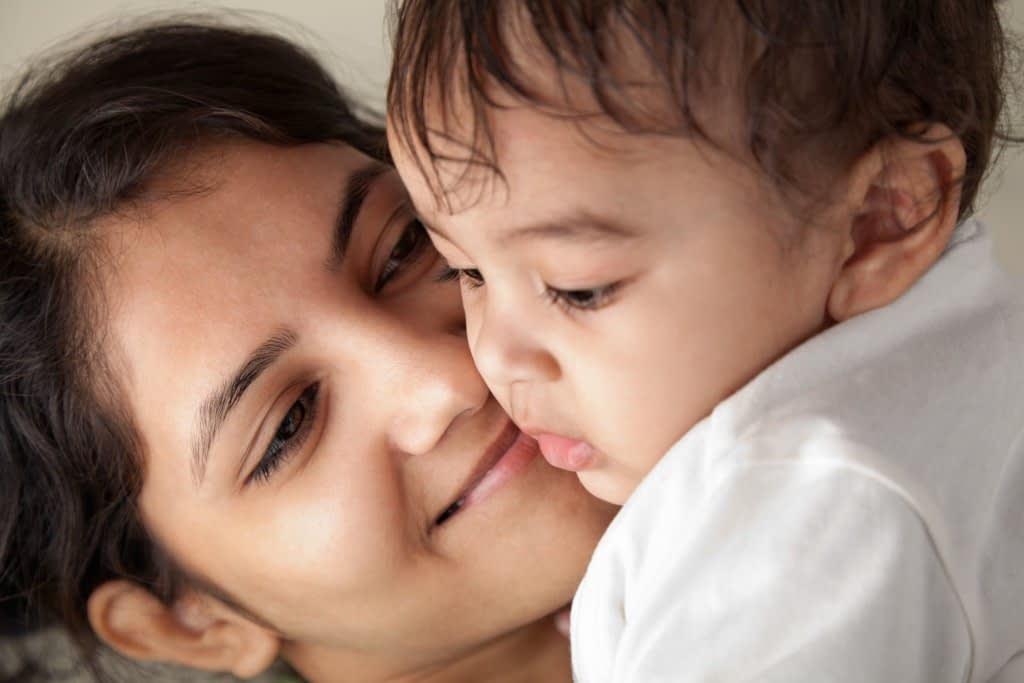 انتقال هورمون از مادر به نوزاد یکی از فرضیه های به وجود اومدن آکنه است