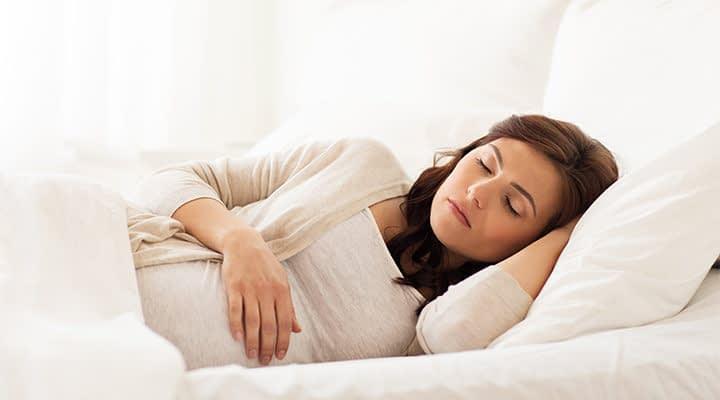 خوابیدن به پهلو مخصوصا پهلوی چپ بهترین حالت خواب در دوران بارداریه