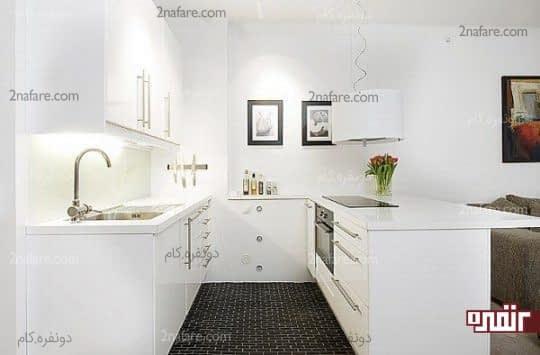 آشپزخانه ای زیبا و کوچک با اوپن و کابینت های سفید مخصوص آپارتمان های کوچک