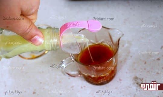اضافه کردن آبلیمو ترش به مخلوط زعفران و نمک و ادویه