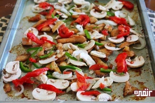 اضافه کردن سبزیجات اسلایس شده به فیله های نیمه اماده