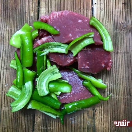 اضافه کردن فلفل به گوشت