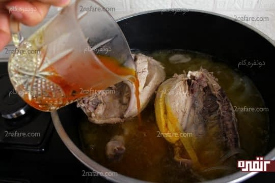 اضافه کردن مخلوط زعفرانی به جوجه های در حال سرخ شدن