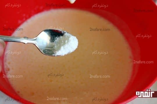 افزودن وانیل به مخلوط تخم مرغ و شکر