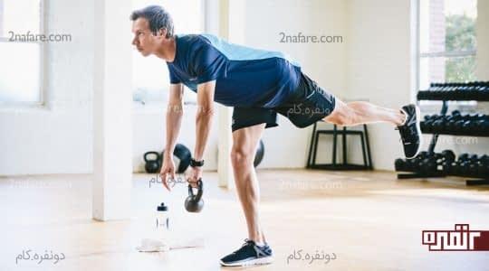 بلندکردن یک پا و کشش بدن به سمت پایین