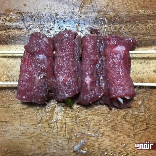 به سیخ گشیدن گوشت