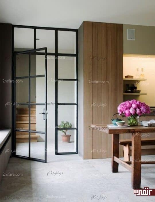 درب شیشه ای با فریم مشکی برای جداسازی راهرو و آشپزخانه