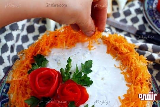 ریختن هویج رنده شده