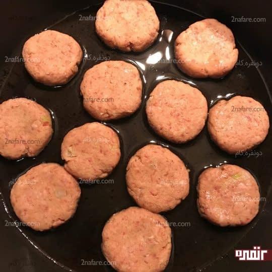 سرخ کردن شامی های گوشت