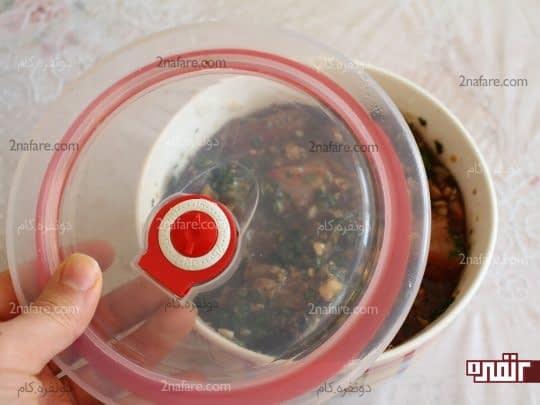 قرار دادن درب ظرف و قرار دادن در یخچال برای مزه دار شدن گوشت
