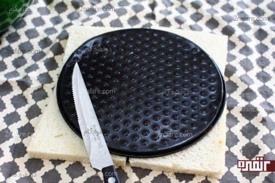 قرار دادن کف قالب روی نان تست و بریدن اطراف قالب