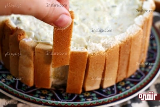 قرار دادن کناره های نان تست دور تا دور کیک