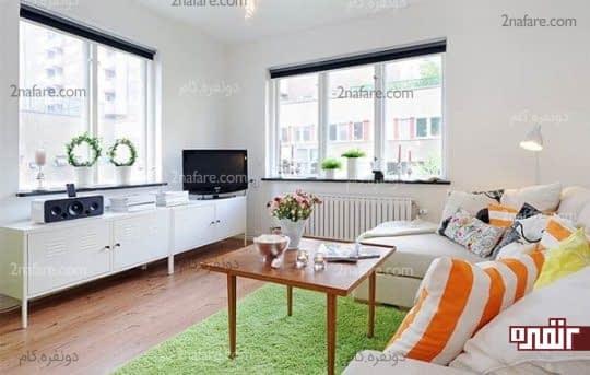 مبلمان و میز تلویزیون با رنگ سفید در اتاق نشیمنی زیبا و دلباز