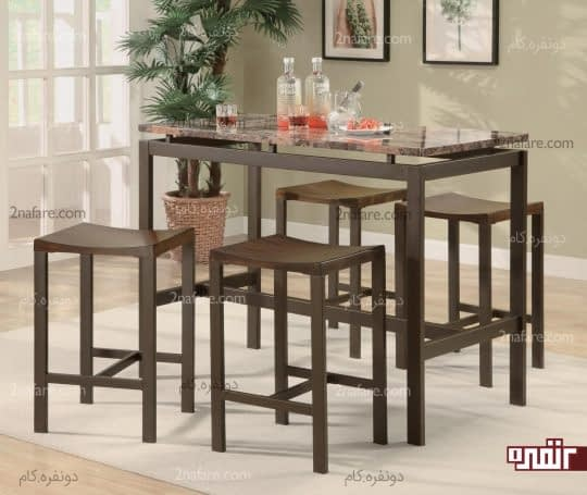 میز صبحانه خوری فلزی با صفحه ای از جنس مرمر و چهارپایه های چوبی