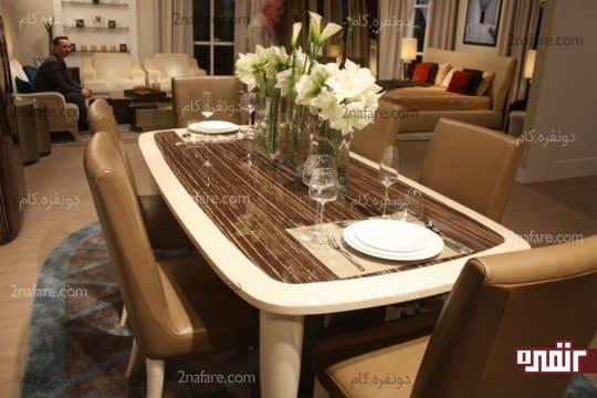 میز غذاخوری با لبه های منحنی شکل و صندلی های راحت