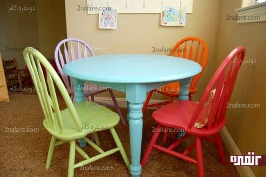 میز و صندلی های رنگارنگ