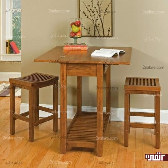 میز و چهارپایه های چوبی در کنار دیوار برای صرف صبحانه و مطالعه