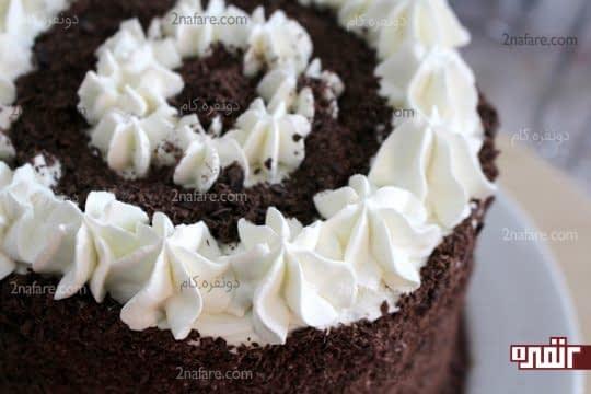 پر کردن روی کیک با رنده های شکلات