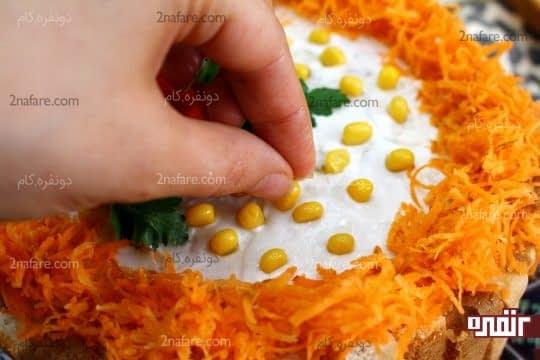 پر کردن سطح کیک با دانه های ذرت پخته شده