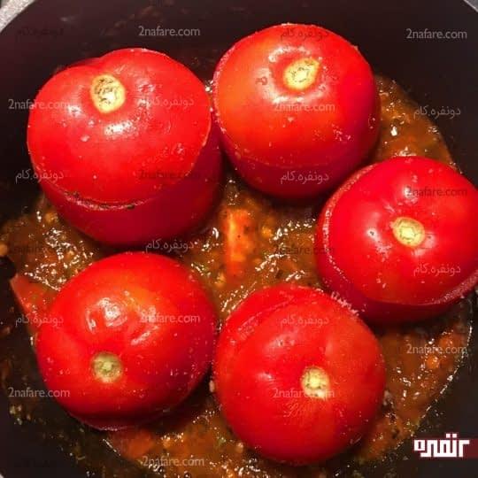 چیدن گوجه داخل قابلمه