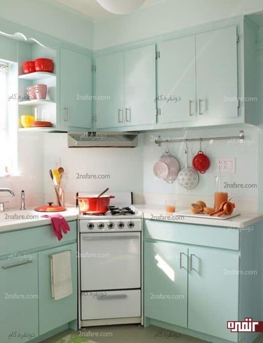 کابینت هایی با رنگ ملایم و ظرف های خوشرنگ برای تزیین