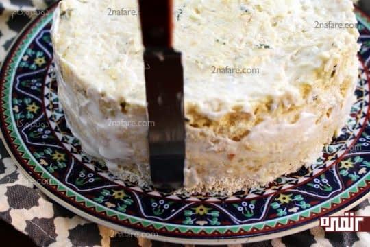 کاور کردن دور کیک سالاد الویه با سس مایونز