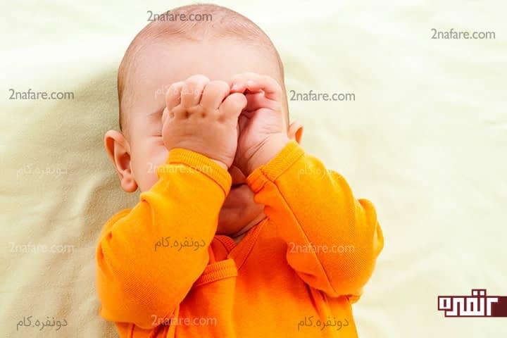 زبان بدن نوزادان-چرا نوزاد چشم خود را می مالد؟
