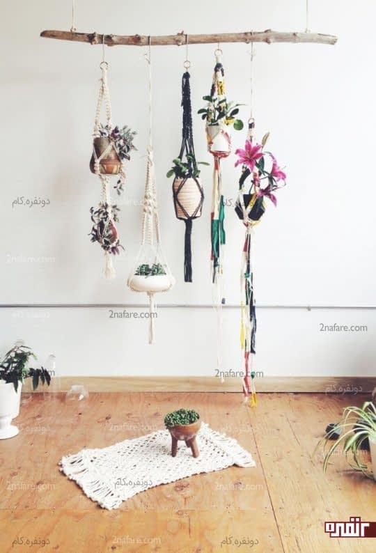 آویزی زیبا پوشیده از گل ها برای دکوراسیون اتاق نشیمن